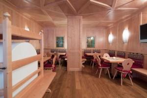 """Hotel Astoria a Canazei: la """"stube"""" fatta da artigiani ladini, con il""""fornel"""" la tipica stufa"""