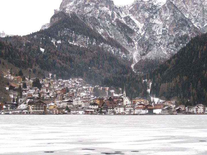 Il lago di Alleghe ghiacciato e la pista di rientro dal Civetta
