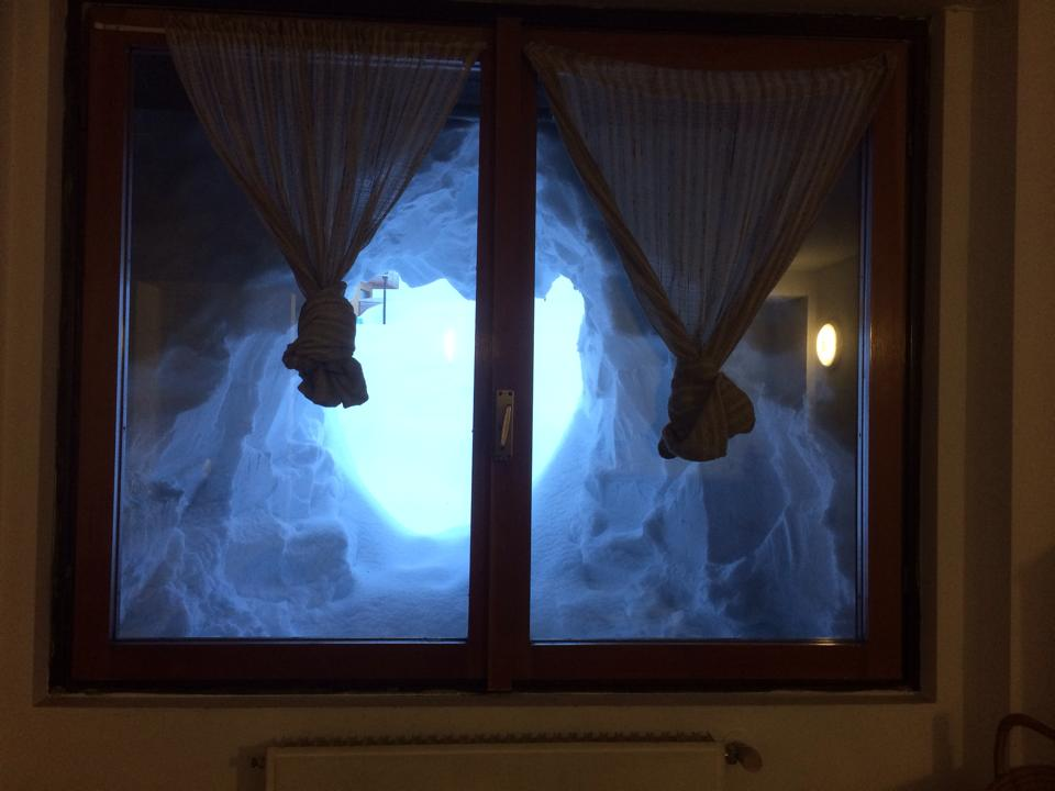 La finestra scavata nella neve skimania for Finestra nella dacia