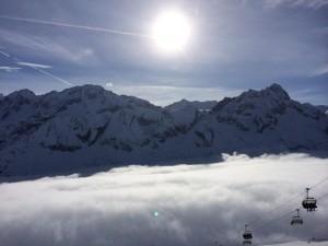 Sciare Adamello Ski: il sole sopra le nuvole