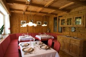 Hotel Des Alpes: l'area pranzo in stile alpino.