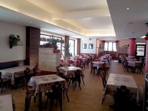 L'accogliente sala da pranzo del Rifugio Il Prato - Monte Pratello